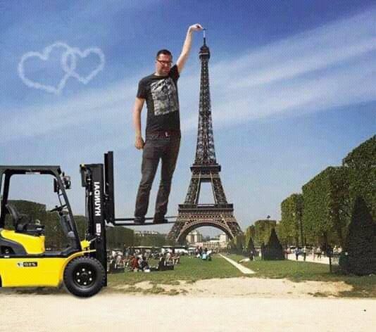 ayuda-alguien-que-sepa-de-photoshop-dedo-torre-eiffel-memes-6